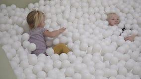 Juego de niños en la piscina con las bolas almacen de video