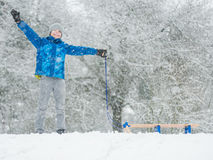 Juego de niños en nieve con el trineo Imágenes de archivo libres de regalías