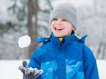 Juego de niños en nieve el día de invierno Fotos de archivo libres de regalías