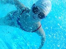 Juego de niños feliz en piscina Fotos de archivo libres de regalías