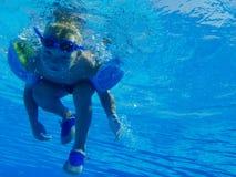 Juego de niños feliz en piscina Imagenes de archivo