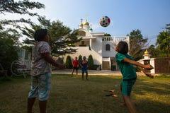 Juego de niños tailandés en bola cerca de la iglesia ortodoxa rusa Fotos de archivo libres de regalías