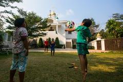 Juego de niños tailandés en bola cerca de la iglesia ortodoxa rusa Fotografía de archivo