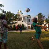 Juego de niños tailandés en bola cerca de la iglesia ortodoxa rusa Foto de archivo libre de regalías