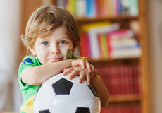Juego de observación de la taza del fútbol del niño pequeño en la TV Imágenes de archivo libres de regalías