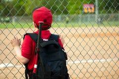 Juego de observación del jugador de béisbol joven imagen de archivo libre de regalías