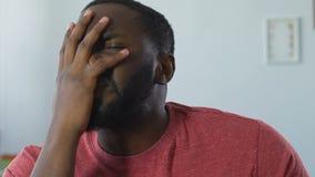 Juego de observación descontentado del hombre afroamericano en la TV, decepcionada con resultado almacen de metraje de vídeo