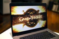 Juego de observación de tronos en un favorable ordenador portátil del macbook fotografía de archivo