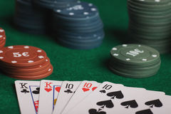 Juego de póker en manos del ` s de los hombres en la tabla verde Fotos de archivo