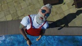 Juego de Papá Noel con el quadcopter cerca con la piscina almacen de video