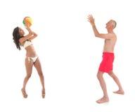 Juego de pelota en la playa Fotos de archivo