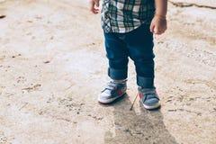 Juego de pequeños niños en el campo fotos de archivo
