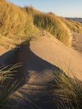 Juego de sombra en la duna de arena Imagenes de archivo