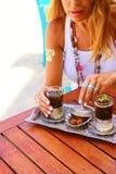 Juego de té árabe tradicional con las fechas, mujer caucásica rubia fotos de archivo