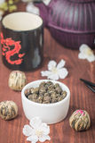 Juego de té asiático con té verde y azúcar secados Foto de archivo libre de regalías
