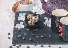 Juego de té asiático con té verde y azúcar secados Imagen de archivo libre de regalías