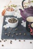 Juego de té asiático con té verde y azúcar secados Imagen de archivo