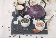 Juego de té asiático con té verde y azúcar secados Fotos de archivo