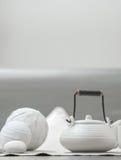 Juego de té blanco en el salón hermoso Fotografía de archivo libre de regalías
