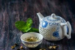 Juego de té chino, té verde y menta fresca fotos de archivo