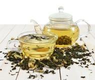 Juego de té con las hojas de té secadas aisladas Imagenes de archivo