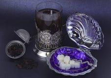 Juego de té con los platos del metal blanco Imagen de archivo libre de regalías