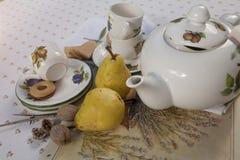 Juego de té de la porcelana en una tabla Imagen de archivo
