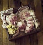 Juego de té del vintage en un cajón Fotografía de archivo
