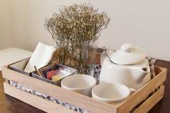 Juego de té e una caja de madera Fotografía de archivo libre de regalías