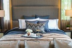 Juego de té en la cama con muchos almohada Foto de archivo