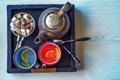 Juego de té en la tabla de madera blanca Imagen de archivo libre de regalías