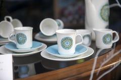 Juego de té en la ventana de la tienda del vintage fotos de archivo libres de regalías