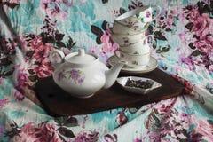 Juego de té en un tablero de madera Foto de archivo