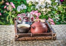 Juego de té en una bandeja de bambú Fotografía de archivo libre de regalías