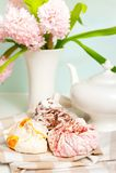 Juego de té de la primavera con el merengue mullido de la fruta multicolora Imagen de archivo libre de regalías