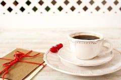 Juego de té de la sorpresa del día del ` s de la tarjeta del día de San Valentín en el fondo blanco Fotos de archivo