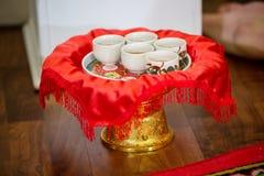 Juego de té usado en una ceremonia de té china de la boda Ceremonia de té china de la boda que sirve a las ancianos Fotos de archivo libres de regalías