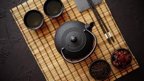 Juego de té verde asiático en la estera de bambú almacen de video