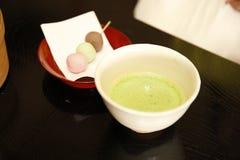 Juego de té verde orgánico con sabor de los pasteles Imagenes de archivo