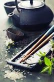 Juego de té y palillos chinos Imágenes de archivo libres de regalías