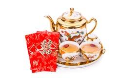 Juego de té chino con el sobre que lleva la felicidad del doble de la palabra Imagen de archivo libre de regalías
