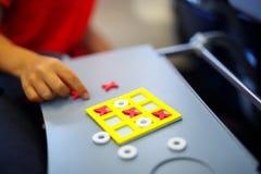 Juego de Tac Toe del tic Pasatiempo para los niños y los adultos En casa, viajando, en el avión Imagen de archivo libre de regalías