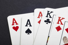 Juego de tarjeta del póker con los aces y los reyes por completo Fondo negro Fotografía de archivo