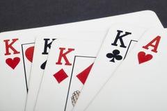 Juego de tarjeta del póker con los reyes y los aces por completo Fondo negro foto de archivo
