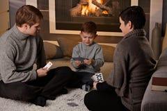 Juego de tarjeta que juega joven de la familia Imagen de archivo libre de regalías