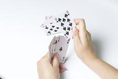 Juego de tarjeta Una mujer hace un movimiento - golpes una tarjeta más pequeña del más grande En un fondo blanco foto de archivo libre de regalías
