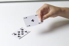 Juego de tarjeta Una mujer hace un movimiento - golpes una tarjeta más pequeña del más grande En un fondo blanco fotos de archivo libres de regalías