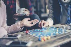 Juego de tres muchachas junto un juego social Foco a mano imágenes de archivo libres de regalías