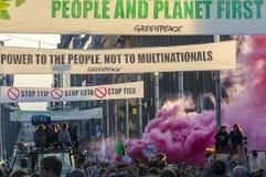 JUEGO de TTIP SOBRE activista en la acción durante una demostración pública Foto de archivo