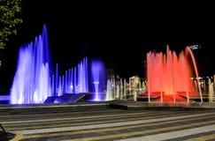 Juego del agua durante la noche Imagenes de archivo